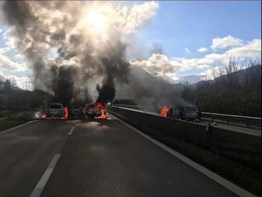 Furgoni portavalori assaltati, a colpi di mitra ed esplosioni, su raccordo autostradale SA-AV, allo svincolo di Serino – FOTO, VIDEO & RASSEGNA STAMPA
