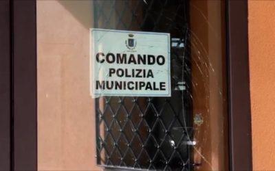 Grave episodio di violenza presso il Comando della Polizia Municipale di Serino da parte di un migrante – FOTO & VIDEO IRPINIA TV