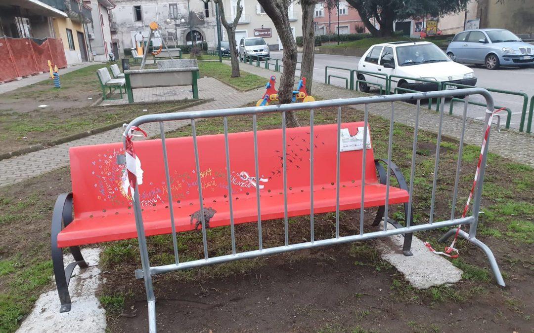 La vicenda della Panchina Rossa rappresenta l'ennesima vergogna di un'Amministrazione, del tutto, inadeguata – APPROFONDIMENTO