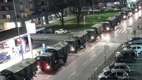 Una colonna di mezzi militari porta le bare fuori dalla città di Bergamo – APPROFONDIMENTO