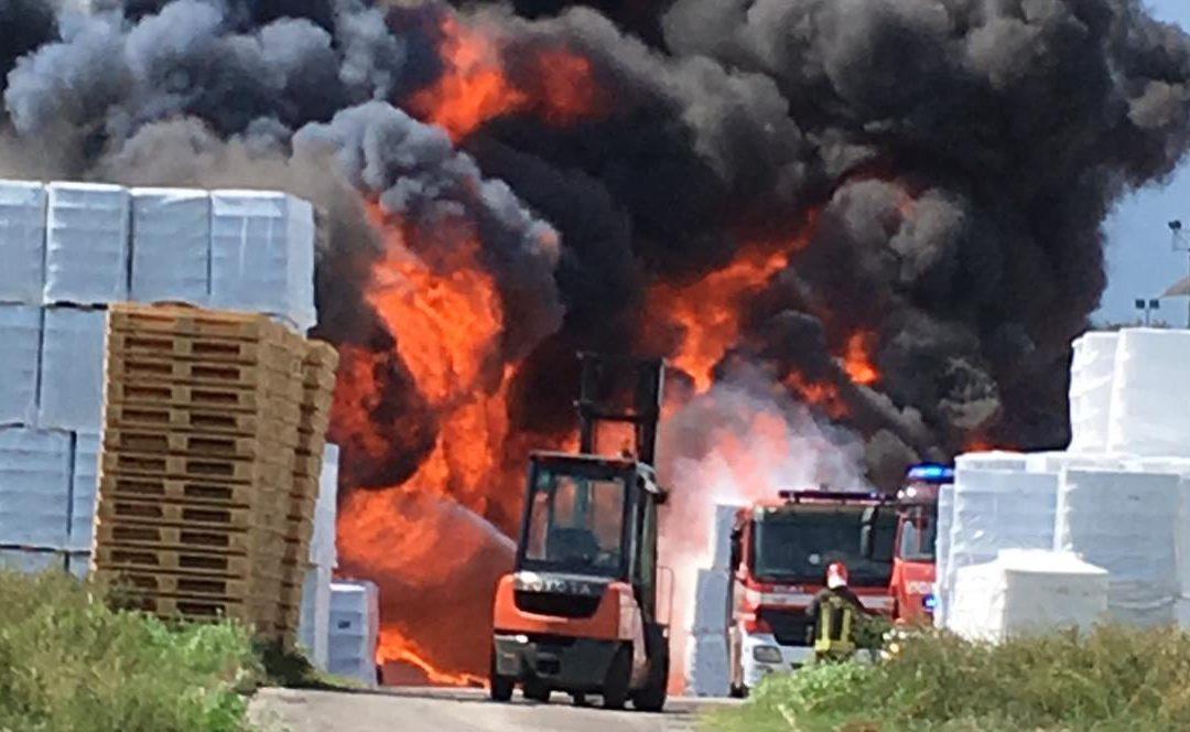 Maxi incendio a Pianodardine (AV): nube tossica si propaga in Irpinia – VIDEO, FOTO, AGGIORNAMENTI & APPROFONDIMENTO